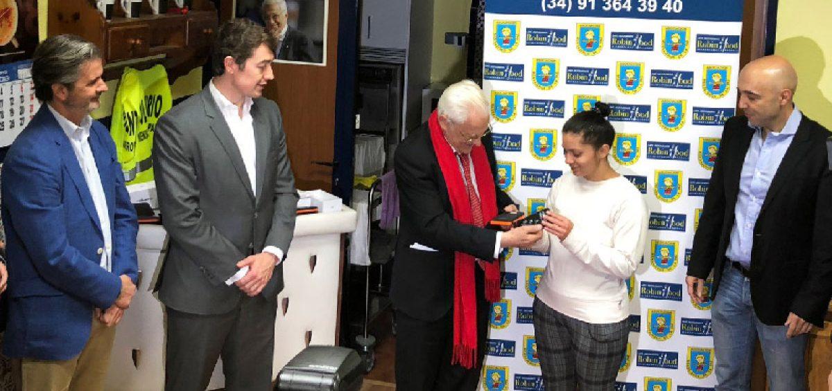 El padre Ángel arranca la Acción Solidaria que dará teléfonos móviles y baterías solares a personas sin recursos 2
