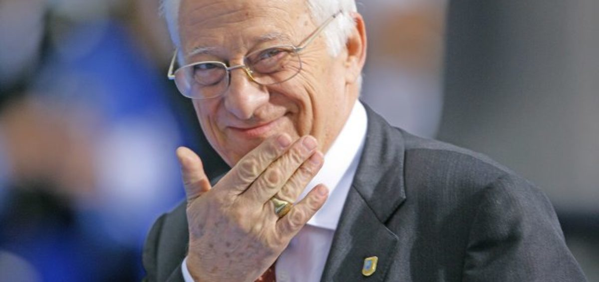 CONVOCATORIA- El padre Ángel entrega mañana 50 teléfonos móviles y tarjetas SIM con saldo a personas sin recursos 2