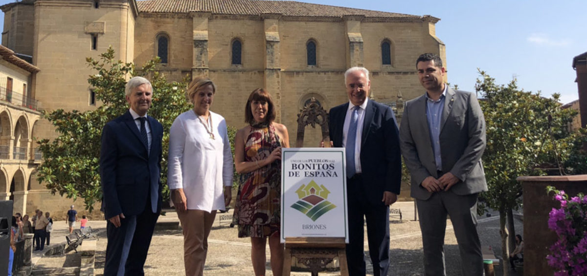 Briones destapa el cartel que le acredita como Uno de Los Pueblos más Bonitos de España 2