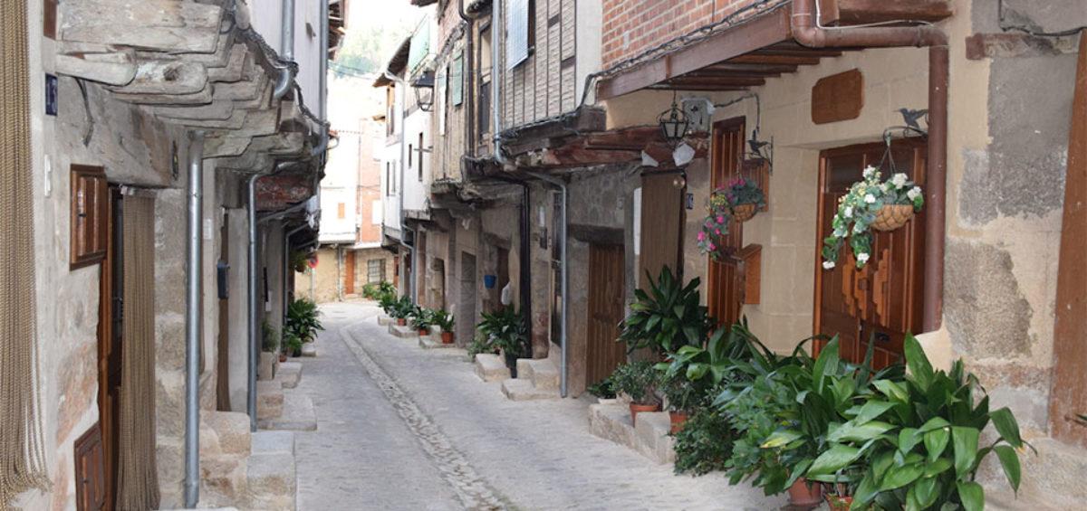 San Martín de Trevejo destapa el cartel que le acredita como Uno de Los Pueblos más Bonitos de España 2